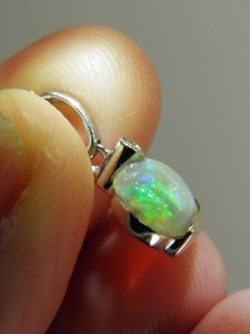 Side view OPAL SOLID 18 ct white gold pendant