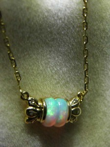 OPAL SOLID (7x6mm) 18 ct gold and chain Code 20233600 A$600